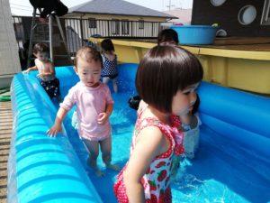 プール遊び(岡島)