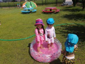 第二園庭で水遊び(飯野)