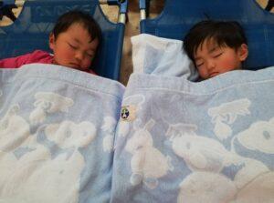 最後のコットでお昼寝と午睡後、おやつ中の様子!(横田)